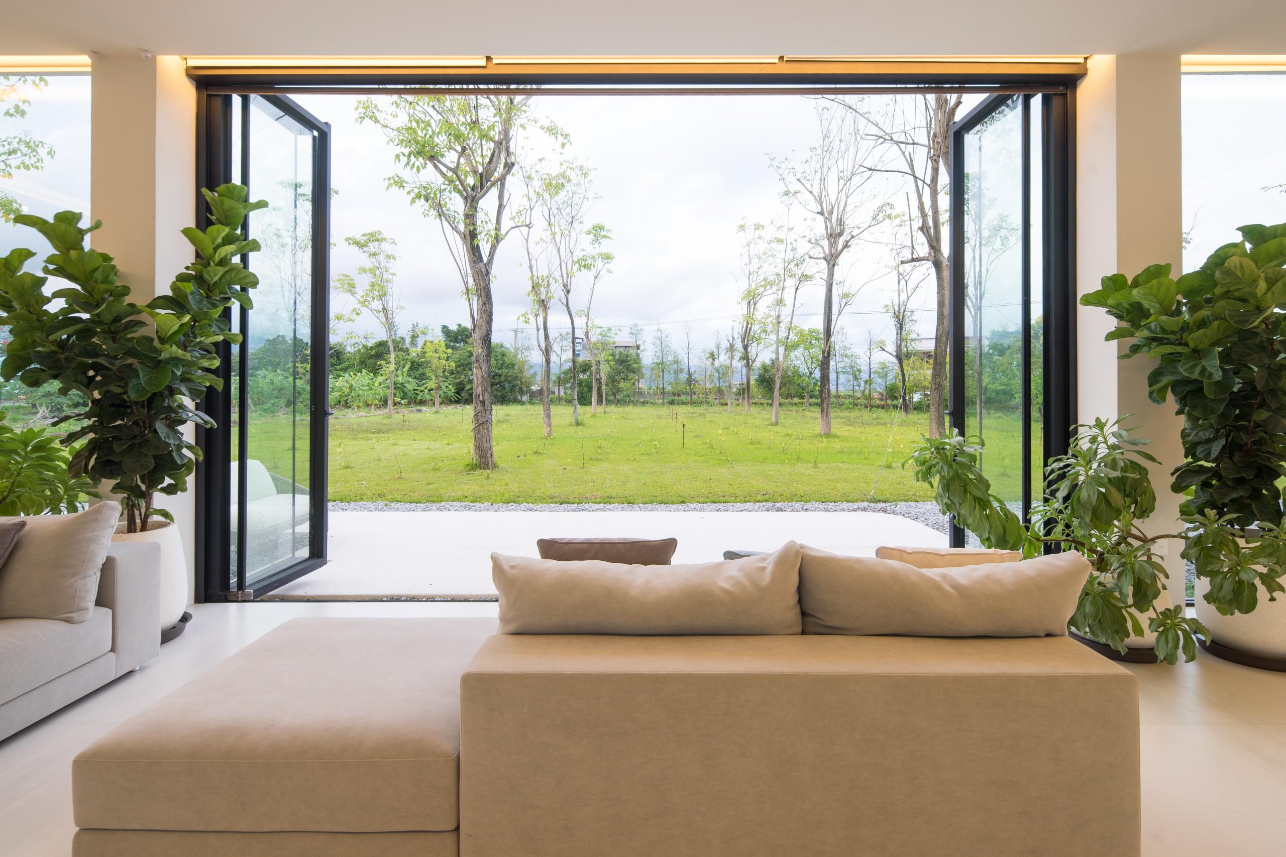 ©可以坐在彈性組合移動的沙發,享受沐浴在森林
