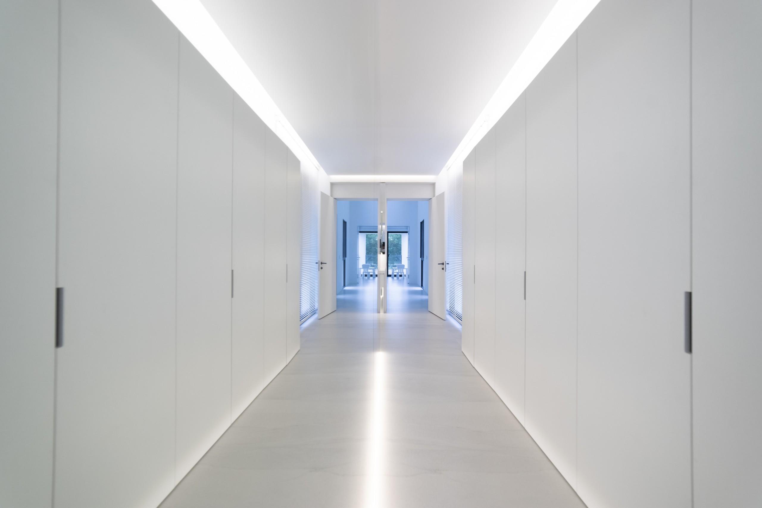 ©進入主臥的走道,在鏡面反射之下的空間延伸至最大