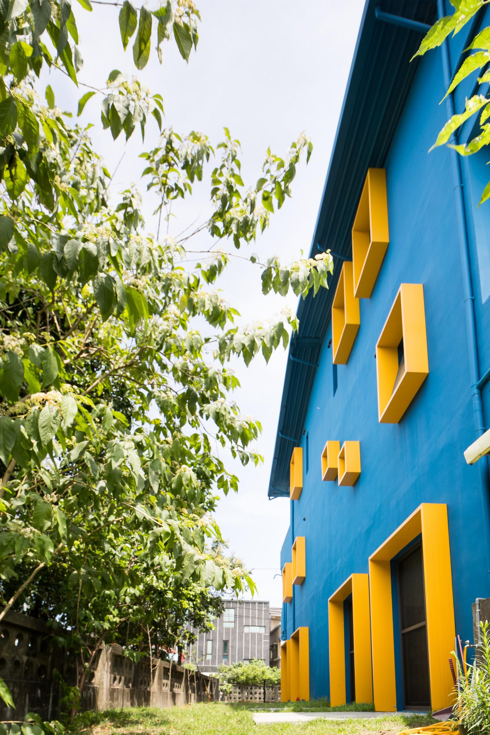 德築建設-老屋改造-暖黃的配色更與窗框色調相互呼應著宛如父母之愛的星光