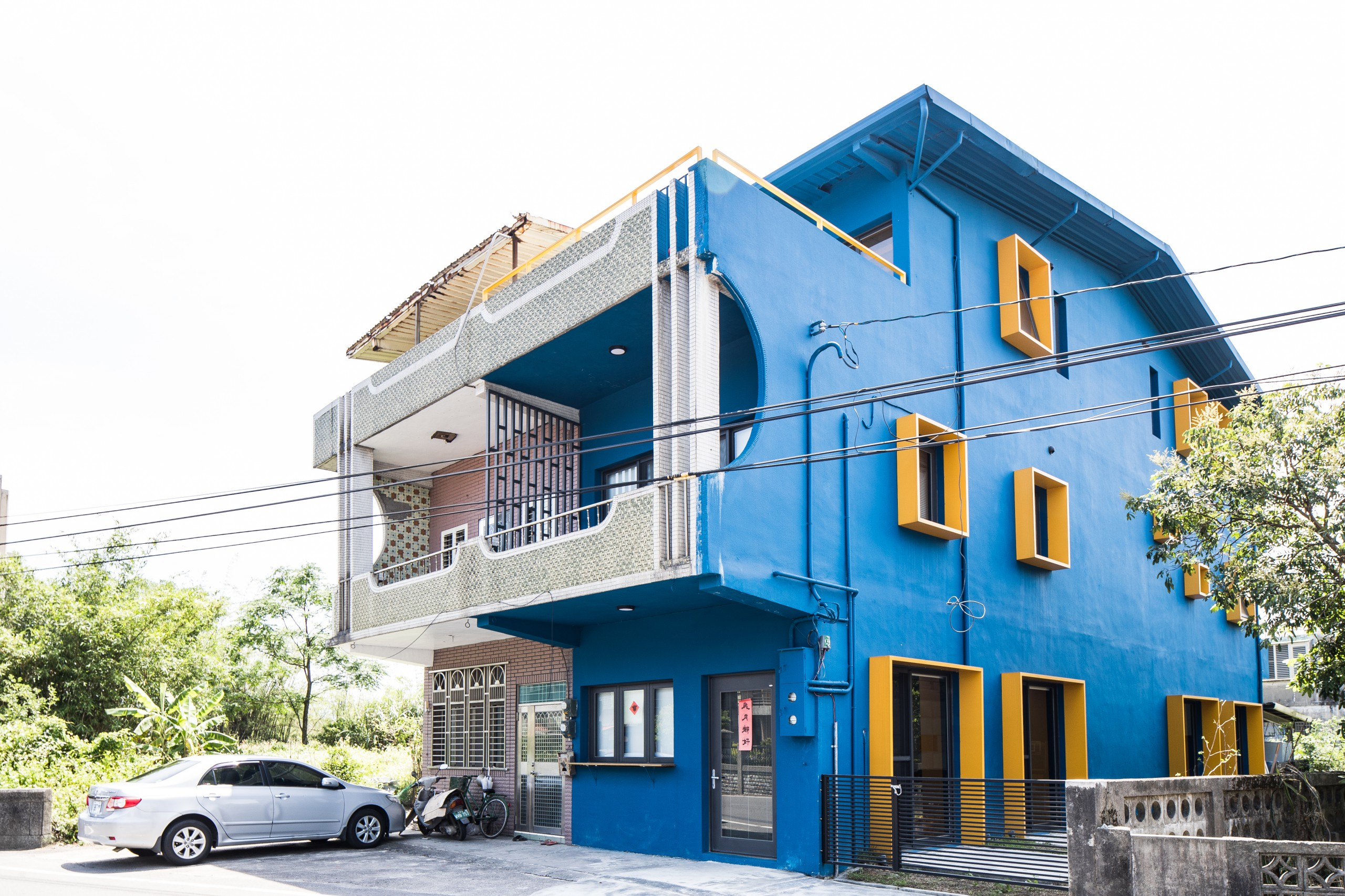 德築建設-老屋重建-暖黃的配色更與窗框色調相互呼應著宛如父母之愛的星光-4