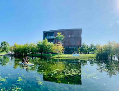 Bella儂儂:宜蘭民宿推薦「HA House 秋」!簡潔建築如湖中之島,落雨松、湧泉池都盡收眼底